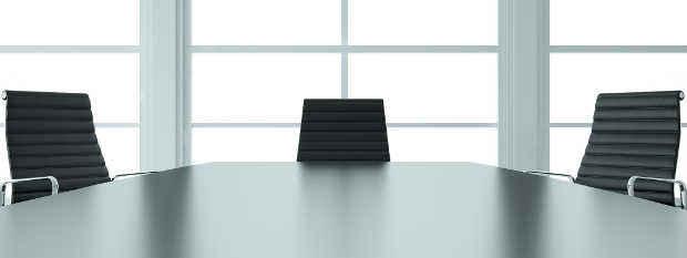 Besprechungsraum im Büro mit einem großen Tisch und Stühlen