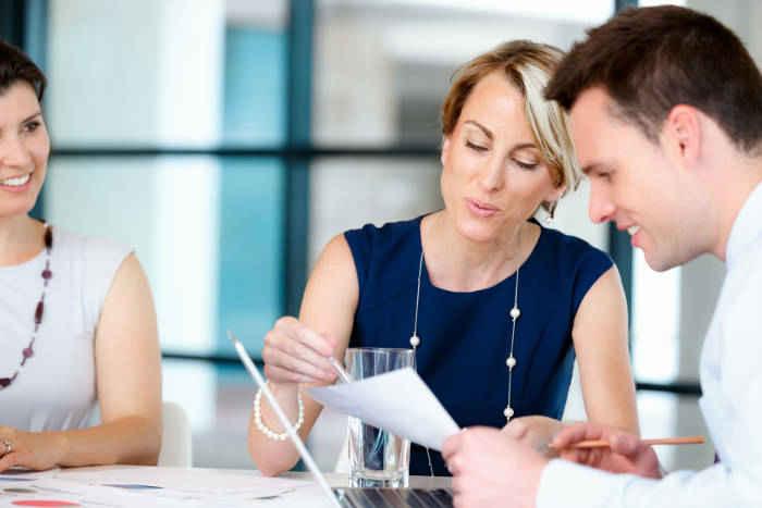 expliquer la situation aux partenaires financiers